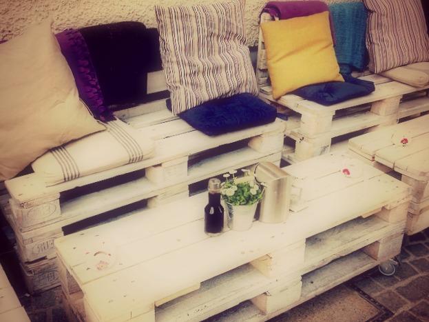La nouvelle tendance se porte aux objets fait à partir de récupération comme le canapé et la table basse fabriqués à partir de palettes en bois.